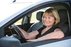 Viele Fahrer sitzen mit einem Keilkissen angenehmer.
