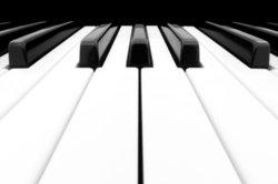 Fingerübungen am Klavier sind nicht nur am Anfang wichtig.
