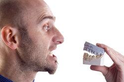 Ein Gebiss gehört einfach zu einem Zahnarztkostüm.