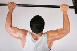 Klimmzüge trainieren unterschiedliche Muskelpartien effektiv.