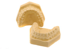 Als Zahntechniker fertigen Sie Zahnersatz im Auftrag der Zahnärzte.