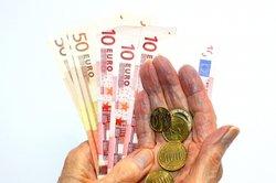 Pflege ist teuer, achten Sie daher genau auf den Pflegevertrag.