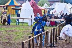 Auch Lanzen gehören zu den Waffen eines Ritters.