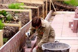 Eine Hangbefestigung kann mehr Nutzfläche im Garten schaffen.