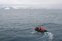 Meeresforscher forschen an Land und auf dem Wasser.