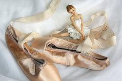 Nähen Sie für die Lieblingspuppe Ihres Kindes ein Ballerina-Kostüm.