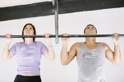 Klimmzüge stellen eine effektive Sportübung dar.