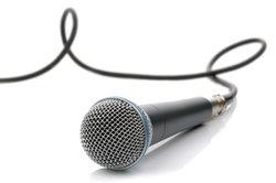 Dynamische Gesangsmikrofone müssen sauber von vorne besprochen werden.