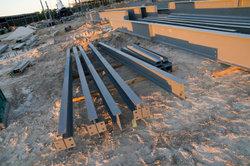 Verwenden Sie Stahlprofile zum Bau eines Hochregals.