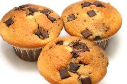 Mit Schokolade können Sie leckere Muffins backen.