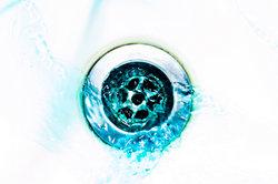 Abflussrohre kann man mit Hausmitteln chemiefrei reinigen.