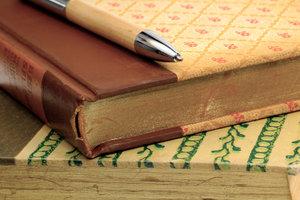 Ein Lektor steht oft in engem Kontakt mit seinen Autoren.