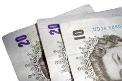 Bargeld (GPB) gibt es vom eigenen Konto mit Wohn- und Jobnachweis.