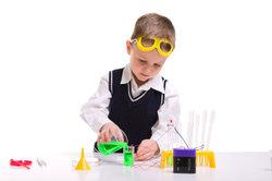 Kinder-Experimente veranschaulichen chemische Sachverhalte.