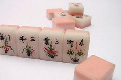 Mahjong-Steine selber zu basteln, geht ganz leicht.