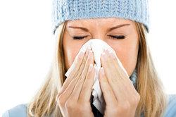 Nasenspülungen helfen gegen eine verstopfte Nase.