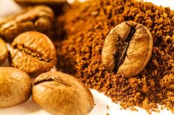 Kaffeepulver ist ein wichtiger Bestandteil der Eiskaffee-Schnitte.