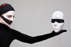 Masken sind ein wichtiges Element von Kostümierungen.