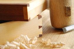 Schreiner verarbeiten unter anderem Holz zu Möbeln.