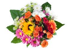 Einen Blumenstrauß mitzubringen kann charmant sein.