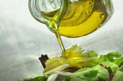 Salat mit Olivenöl ist gesund.