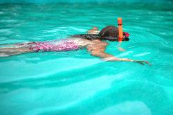 Eine junge Schwimmerin beim Schnorcheln.