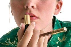 Die meisten Frauen verwenden regelmäßig Lippenstift.