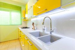 Küchenschränke können Sie auch mit Hochglanzfolie aufpeppen.