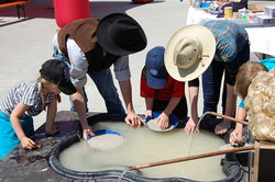 Die Cowboys bei der Arbeit - Goldwaschen wie früher.