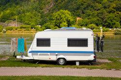 Kleine Wohnwagen sind gute Begleiter beim Camping für ein Wochenende.
