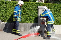 Nutzen Sie ein Walkie-Talkie, um Ihr Feuerwehrkostüm realistischer zu gestalten.