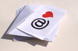 Viele E-Mails enthalten einen  Anhang.