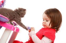 Kleinkinder beginnen bereits im Babyalter zu sprechen.