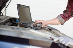 Ein Fahrzeugbesitzer sollte vor dem TÜV an Verschiedenes denken.