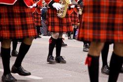 Schottische Clans identifizieren sich neben den Namen auch über spezielle Kilts.
