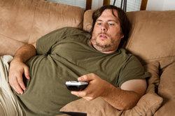 Mit dem Fernseher können Sie bequem von der Couch aus surfen.