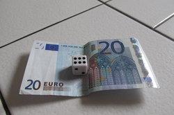 Falten Sie Geld zu einem Würfel.