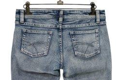 Eine Jeans kann mit Javel gebleicht werden.