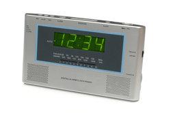 Ein Funkwecker zeigt die präzise Zeit.
