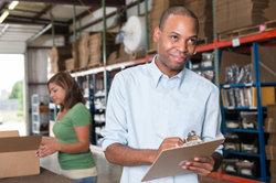 Überprüfen Sie eingehende Warenlieferungen auf eventuelle Schäden.