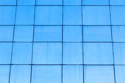 Die Glitzerfassaden der Bürohochhäuser bestehen aus einseitig durchsichtigem Glas.
