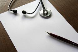 Schreibt Arbeitgeber Kündigung, erhalten Pflichtversicherte noch vier Wochen Leistungen von der GKV.