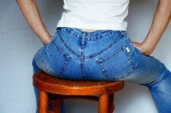 Enge Jeans und häufiges Sitzen fördern Reibeisenhaut.