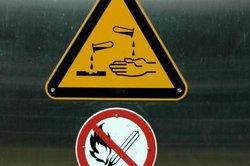 Säurebehälter müssen gut sichtbar gekennzeichnet werden.