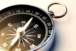 Ein Kompass dient der genauen Richtungsbestimmung.