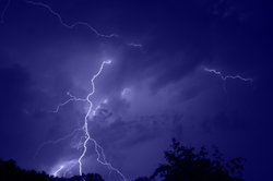 Bei einem Blitz werden Luftmoleküle ionisiert.
