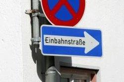 Einbahnstraßen werden durch ein Schild markiert.