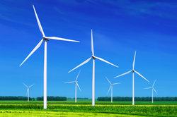 Windkraftanlagen laufen mit Rotoren.