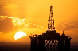 Offshore-Anlagen bauen den Rohstoff auf dem offenen Meer ab.