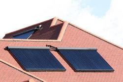 Solarkollektoren nutzen Sonne zur Warmwassergewinnung.